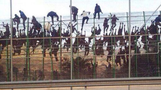 Inmigrantes-intentan-saltar-valla-Melilla.jpg