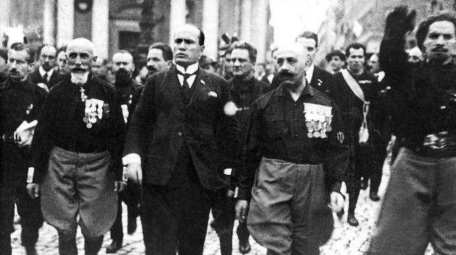 Mussolini-en-el-centro-marcha-sobre-Roma.jpg