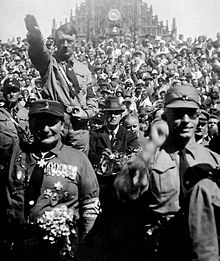Hitler_nazi-salute-Nuremberg-1928