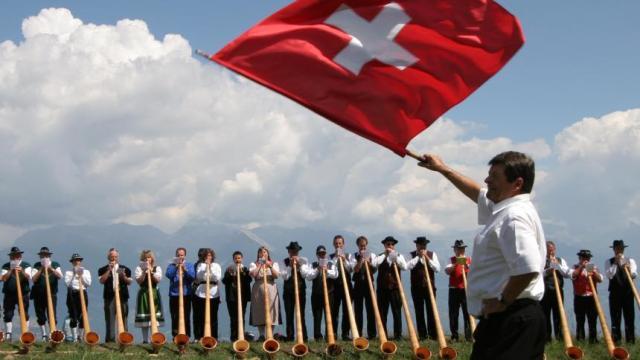 schweize-leute-mit-flagge